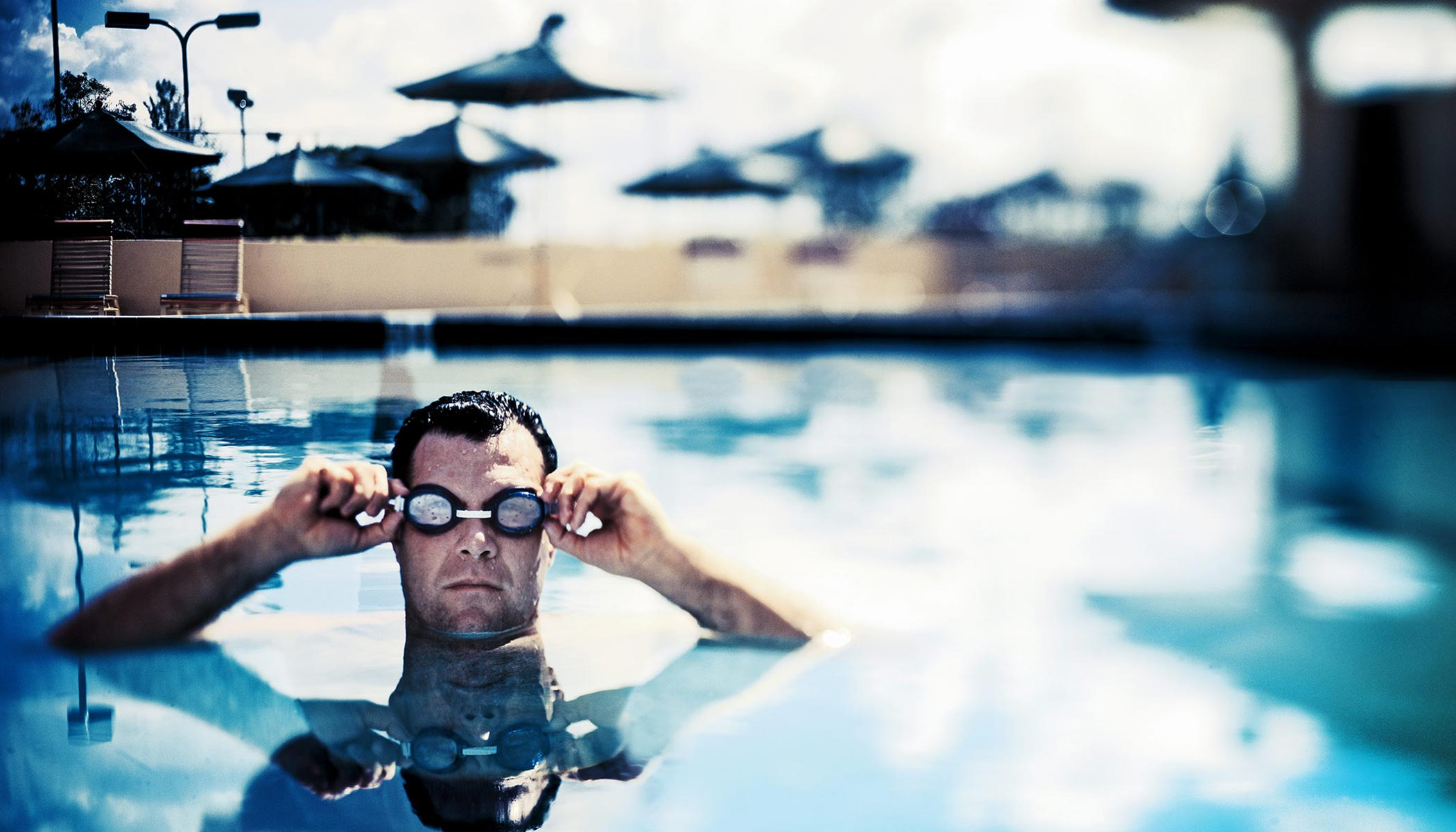 Faces-resort-man-in-pool-goggles